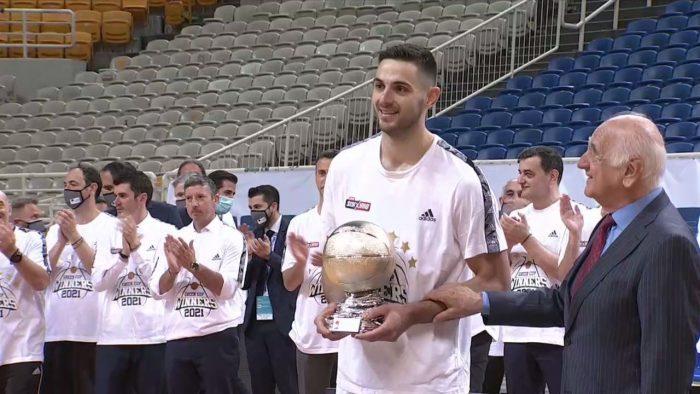 Η απονομή του βραβείου MVP στον Ι. Παπαπέτρου   panathinaikos24.gr